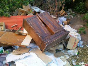 старая мебель на мусорке